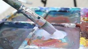 Maler mischt Farbe auf der Palette stock video footage
