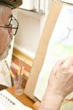 Maler mit Anstrich stockbild