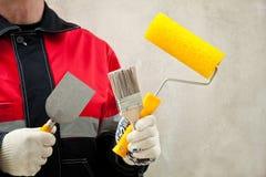 Maler mit Hilfsmitteln am Arbeitsplatz Lizenzfreie Stockfotografie