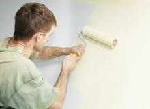 Maler mit Rolle lizenzfreie stockfotografie