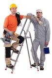 Maler und Elektriker durch Leiter stockfotografie