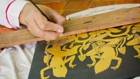 Malerei auf hölzernem Stück für Lackplatte Die Kunst der Khmerlackarbeit entsteht vom g stock footage