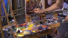 Malerei des älteren Mannes auf einem Segeltuch stock video footage