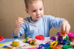 Malerei des kleinen Jungen Lizenzfreie Stockfotos