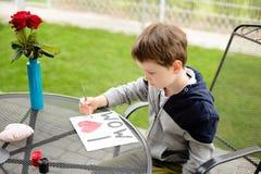 Malerei-Grußkarte des kleinen Jungen Kinderfür seine Mutter Lizenzfreie Stockfotografie