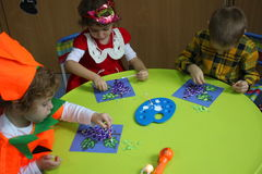 Malerei im Kindergarten Lizenzfreie Stockfotos
