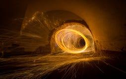Malerei mit dem leicht- Feuer, das in eng zusammenstehendes spinnt stockfotografie