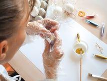 Malerei von goldenen Eiern für den Frühlingsfeiertag von Ostern stockbilder