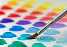Malereiaquarellherzen mit einem Malerpinsel Flache Tiefe von f Lizenzfreie Stockfotos