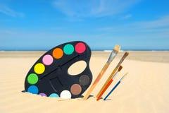 Malereibürsten am Strand Stockfoto