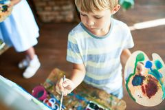 Malereibild des kleinen Jungen Stockbilder