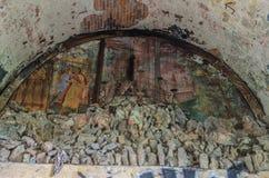 Malereien und Steinaltar in der Kirche Stockbilder