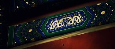 Malereien unter Dachgesimsen des traditioneller Chinese-Gebäudes Chinesische Drachen stockfotos