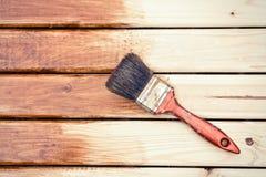 Malereiholztisch unter Verwendung des Malerpinsels stockfoto