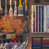 Malereiwerkzeuge: Gouache, Aquarell, die Zeichenstifte die vereinbarte, die eingestellt wurden, Sammlung Paletten- und Malerpinse Stockfoto