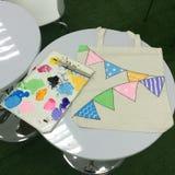 Malereiwerkzeuge und -farbe bauschen sich auf weißer Tabelle mit Unschärfehintergrund und Lichtneon reflektiert sich Pinsel, Farb Stockbild