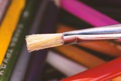 Malereizeichnungshintergrund-Kreativitätslernen der Bürste nahes hohes Lizenzfreies Stockfoto