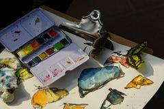 Malereizubehör mit Schmetterlingen Lizenzfreie Stockfotos