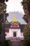 Malerisch von Luang Prabang Nationalmuseum und von Palme gezeichnet an der Dämmerung stockbild
