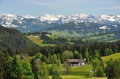 Malerische alpine Landschaft im Frühjahr Stockbild