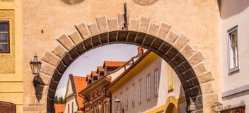 Malerische alte Häuser in der tschechischen Stadt von Cesky Krumlov Alte europäische Architektur Lizenzfreie Stockfotografie
