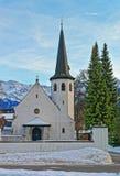 Malerische alte Kirche in Garmisch-Partenkirchen auf einem klaren wint Lizenzfreies Stockfoto