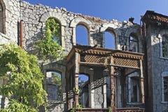 Malerische alte Ruinen auf einem blauen Himmel des Hintergrundes Lizenzfreie Stockbilder