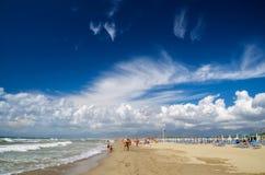 Malerische Ansicht über italienischen sandigen Strand Marina di Vecchiano nahe gelegenes Pisa, Italien Stockbild