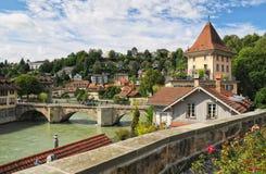 Malerische Ansicht alten Stadt Berns und des Aare-Flusses Stockfotografie
