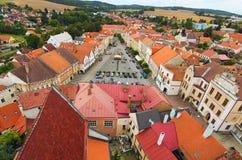 Malerische Ansicht des Friedensmarktplatzes vom Glockenturm in Slavonice Schöne Häuser mit Weinleseziegeldächern Slavonice stockbild