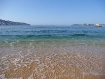 Malerische Ansicht des sandigen Strandes an der Buchtlandschaft von ACAPULCO-Stadt in Mexiko, Wellen von Pazifischem Ozean Lizenzfreie Stockfotografie