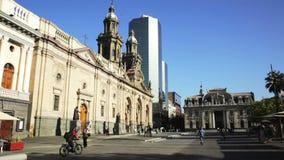 Malerische Ansicht am sonnigen Tag Plaza de Armas im Stadtzentrum Santiago, Chile stock footage
