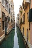 Malerische Ansicht von Gondeln auf seitlichem schmalem Kanal, Venedig, Italien Lizenzfreie Stockbilder