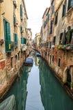 Malerische Ansicht von Gondeln auf seitlichem schmalem Kanal, Venedig, Italien Stockfotos