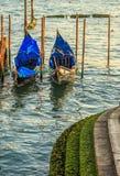 Malerische Ansicht von Gondeln auf seitlichem schmalem Kanal, Venedig, Italien Lizenzfreies Stockfoto
