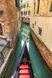 Malerische Ansicht von Gondeln auf seitlichem schmalem Kanal, Venedig, Italien Stockfotografie