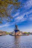 Malerische Ansicht von Harlem-Stadtbild mit De Adriaan Windmill auf Spaarne-Fluss Stockbild