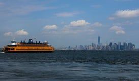 Malerische Ansicht von New York, mit gelbem Staten Island Ferry und blauem Himmel Stockbild