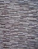 Malerische, bunte und elegante Einfassung der Wand des Zauns, hergestellt von den verbundenen dünnen Platten des künstlichen Gran stockfotos