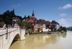 Malerische deutsche Stadt nach einem braunen Fluss Stockbilder