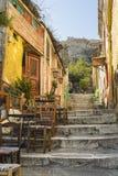 Malerische Gasse am plaka führt zu Akropolis lizenzfreies stockbild