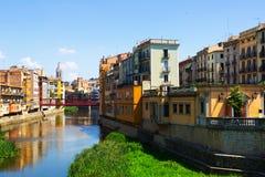Malerische Häuser auf Flussbank in Girona Lizenzfreie Stockfotos