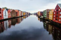 Malerische Häuser sehen von der alten Stadtbrücke Gamle Bybro in der Mitte von Trondheim an lizenzfreies stockbild