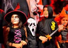 Malerische Halloween-Karnevalshexenversammlung Stockfoto