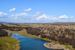 Malerische Herbstlandschaft von Fluss und von blauem Himmel Lizenzfreie Stockfotos