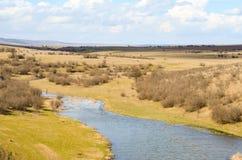 Malerische Herbstlandschaft von Fluss und von blauem Himmel Lizenzfreies Stockfoto