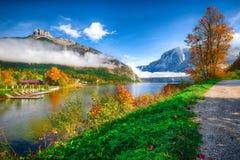 Malerische Herbstszene von Altausseer sehen See lizenzfreie stockfotos