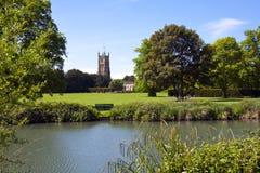 Malerische Kirche Cotswolds, Cirencester und Park Stockbild