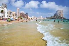 Malerische Landschaft des sandigen Strandes in Calpe, Spanien Stockfotografie