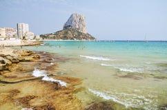 Malerische Landschaft des sandigen Strandes in Calpe, Spanien Stockbilder